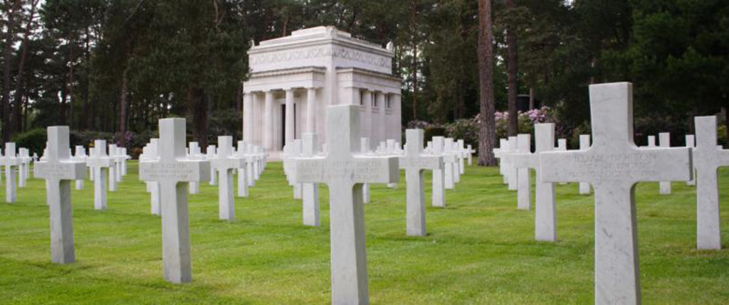 Headstones aligned in rows in front of the chapel at Brookwood American Cemetery (ABMC)